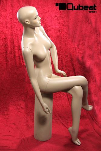 neuwertig!!! hautfarben Sitzende Schaufensterfigur mit seitlich geneigtem Kopf